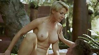 MILF belle-mère aux seins naturels baise son fils